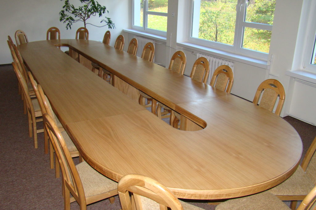 Stół w sali konferencyjnej